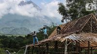 Aktivitas warga di bawah kaki Gunung Merapi, Desa Kepuharjo, Cangkringan, Sleman, Jawa Tengah, Kamis (19/11/2020). Status Merapi sudah dinaikkan menjadi Siaga (level III) oleh Balai Penyelidikan dan Pengembangan Teknologi Kebencanaan Geologi (BPPTKG), sejak 5 November 2020. (Liputan6.com/JohanTallo)