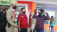 'Pejuang 45' Blora bagikan masker untuk warga yang kenakan masker. (Foto: Liputan6.com/Adirin)