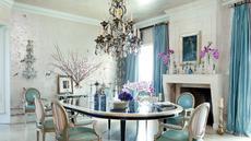 Hidden Hills, California - Meski bergaya gothik, pasangan Sharon dan Ozzy Osbourne, ternyata mendesain ruang makannya dengan nuansa elektik yang lembut dan kalem. Termasuk penggunaan lampu gantung Perancis abad ke-19.(architecturaldigest.com)