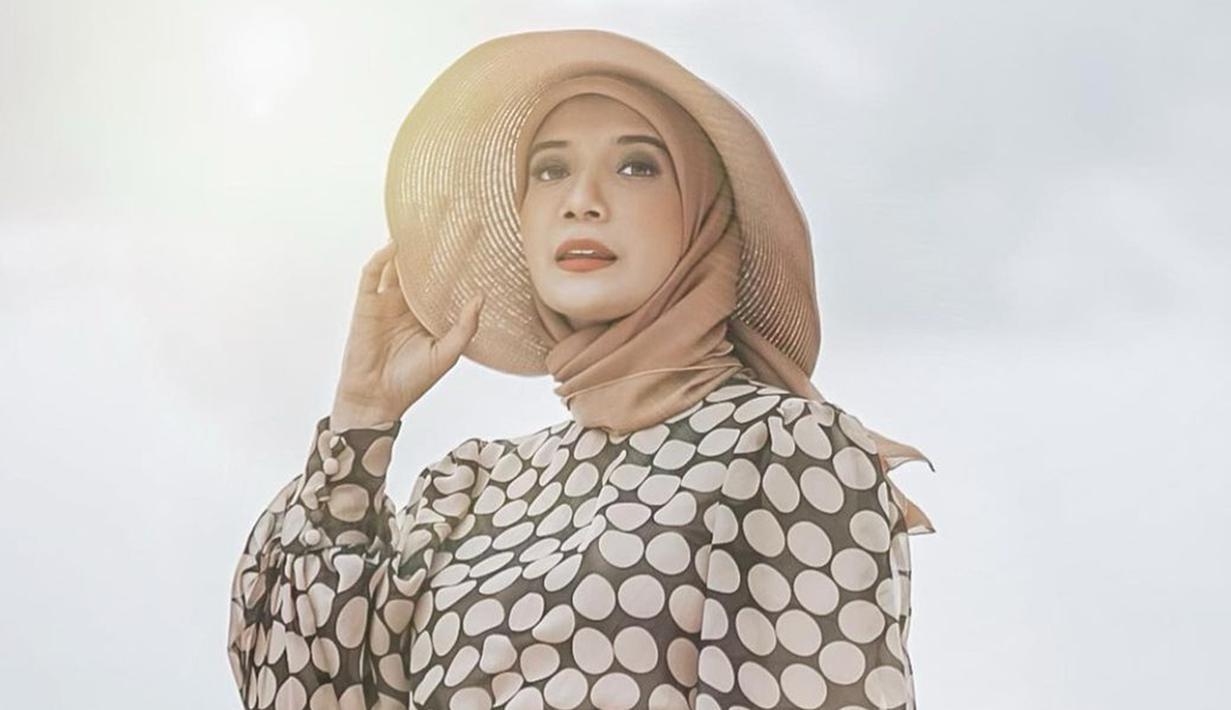 Gaya hijab sederhana dan dipadukan dengan sebuah topi ini bisa dijadikan sebagai inspirasi saat berlibur. Penampilan Zaskia Sungkar satu ini diketahui saat tengah menjalani maternity shoot di pantai Bali. (Liputan6.com/IG/@zaskiasungkar15)