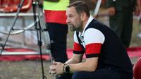 Pelatih Madura United, Dejan Antonic, terpaku setelah kegagalan tim asuhannya ke final Piala Indonesia 2018. (Bola.com/Aditya Wany)
