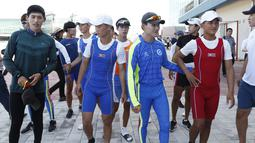 Atlet Korea Selatan dan Korea Utara saat akan mengikuti sesi latihan bersama jelang Asian Games 2018 di Tangeum Lake International Rowing Center, Chungju, Korea Selatan, Selasa (31/7). (Jeon Heon-Kyun/Pool/AFP)