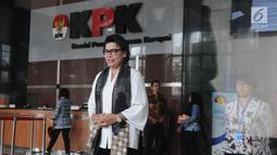 Wakil Ketua KPK Basaria Panjaitan berjalan keluar untuk memberikan keterangan seusai melakukan pertemuan dengan Istri Menteri Agama Lukman Hakim Saifuddin, Trisna Willy di Gedung KPK, Jakarta, Rabu (19/9). (Merdeka.com/Dwi Narwoko)