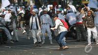 Aksi demo yang dilakukan FPI di depan DPRD berujung ricuh, Jakarta, (3/10/14). (Liputan6.com/Herman Zakharia)