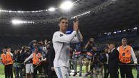 Bintang Real Madrid, Cristiano Ronaldo, menyapa suporter usai meraih juara Liga Champions di Stadion Olympic, Kiev, Minggu (26/5/2018). CR 7 mengakhiri kebersamaan sembilan tahun bersama Madrid untuk hijrah ke Juventus. (AFP/Paul Ellis)