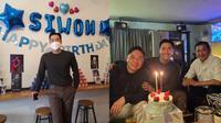 Momen Perayaan Ulang Tahun Siwon Choi yang Ke-35, Dapat Banyak Hadiah. (Sumber: Instagram/siwonchoi)