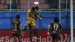 Pemain Bhayangkara Solo FC, Indra Kahfi (kedua kiri) berebut bola di udara dengan pemain PSM Makassar, Erwin Gutawa dalam pertandingan matchday ke-2 Babak Penyisihan Grup B Piala Menpora 2021 di Stadion Kanjuruhan, Malang, Sabtu (27/3/2021). Kedua tim bermain imbang 1-1. (Bola.com/Ikhwan Yanuar)