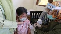Siswa mendapatkan imunisasi campak pada Bulan Imunisasi Anak Sekolah (BIAS) di SDN Serua 3, Ciputat, Tangerang Selatan, Rabu (2/9/2020). Pemberian vaksin tersebut untuk sistem kekebalan tubuh dan mengurangi risiko anak terkena penyakit. (Liputan6.com/Fery Pradolo)