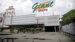Suasana bagian depan Supermarket Giant Ekstra yang sepi aktivitas di Kreo, Tangerang, Senin (2/8/2021). PT Hero Supermarket Tbk resmi menutup seluruh gerai Giant di Indonesia pada Minggu (1/8/2021), dan akan lebih fokus pada pengembangan gerai merek lainnya. (Liputam6.com/Faizal Fanani)