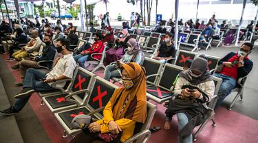 Calon penumpang mengantre untuk menjalani swab antigen di Stasiun Senen, Jakarta, Senin (21/12/2020). Penumpang kereta api jarak jauh menunjukkan surat bebas Covid-19 dengan melakukan tes PCR atau tes rapid antibodi yang masih berlaku 14 hari sejak diterbitkan. (Liputan6.com/Faizal Fanani)