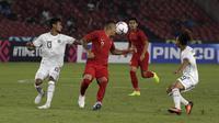 Striker Timnas Indonesia, Beto Goncalves, berusaha mengontrol bola saat melawan Timor Leste pada laga Piala AFF 2018 di SUGBK, Jakarta, Selasa (13/11). (Bola.com/Yoppy Renato)