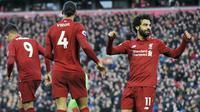 Penyerang Liverpool, Mohamed Salah, melakukan selebrasi usai membobol gawang AFC Bournemouth pada laga Premier League di Stadion Anfield, Sabtu (9/2). Liverpool menang 3-0 atas AFC Bournemouth. (AP/Rui Vieira)