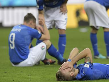 Para pemain Italia tampak bersedih usai gagal lolos ke Piala Dunia 2018 setelah disingkirkan Swedia di Stadion Giuseppe Meazza, Senin (13/11/2017). Italia bermain imbang 0-0 dengan Swedia. (AFP/Miguel Medina)