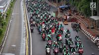 Pengemudi ojek online berkonvoi saat menggelar aksi unjuk rasa di depan Gedung MPR DPR, Jakarta, Senin (23/4). Polisi menyiagakan 7.000 personel mengamankan unjuk rasa pengemudi ojek online. (Liputan6.com/Johan Tallo)