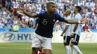 Kylian Mbappe mengidolakan Cristiano Ronaldo, namun memiliki nasib berbeda pada babak 16 besar Piala Dunia 2018. Mbappe mencetak dua gol sementara Ronaldo harus pulang tanpa gol. (AP/David Vincent)