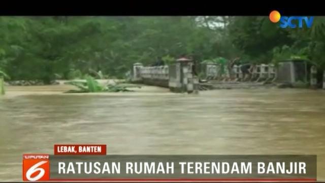 Selain itu, ketinggian banjir yang mencapai 1 meter membuat puluhah hektare sawah warga ikut terendam.