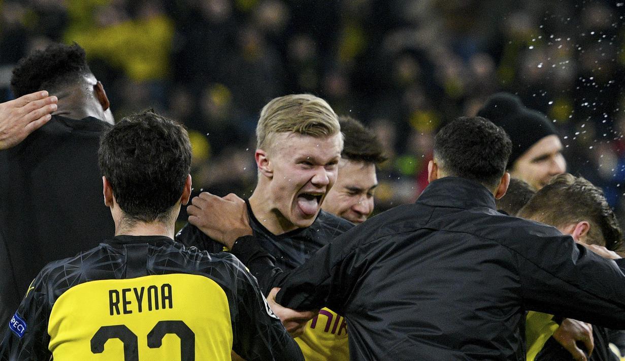 Penyerang Borussia Dortmund, Erling Braut Haaland (tengah) merayakan kemenangan timnya setelah mengalahkan PSG pada pertandingan leg pertama babak 16 Liga Champions di Dortmund, Jerman (18/2/2020). Erling Haaland mencetak dua gol dan mengantar Dortmund menang 1-0 atas PSG. (AFP/Sascha Schuermann)