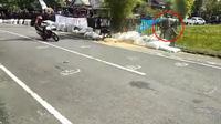 Seorang pembalap tersangkut di pagar saat terjadi kecelakaan di ajang balap  Kejuaraan Bams 5th Anniversary Championship II Road Race Bupati Cup 2018 di Sirkuit Sumpang Binangae, Kabupaten Barru, Makasar, Sulawesi, akhir pekan lalu. (Intsagram)