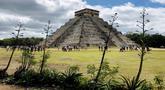 Sejumlah turis mengunjungi Piramida Kukulcan di situs arkeologi Maya Chichen Itza di Negara Bagian Yucatan, Meksiko (13/2). Chichen Itza adalah suatu Situs Peradaban Maya di Meksiko pada abad 800 SM. (AFP Photo/Daniel Slim)