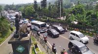 Jalur Puncak, Bogor, Jawa Barat yang dipadati kendaraan dari arah Jakarta, Sabtu (8/6/2019) siang. (Liputan6.com/Achmad Sudarno)