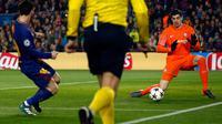 Kiper Chelsea Thibaut Courtois gagal menghentikan tendangan pemain Barcelona Lionel Messi pada leg kedua babak 16 besar Liga Champions 2017-2018 di Stadion Camp Nou, Rabu (14/3). Messi mencetak dua dari tiga gol di pertandingan ini. (AP/Emilio Morenatti)