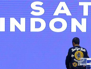 Calon Presiden petahana Joko Widodo kenakan jaket bomberRaw Type Riot (R.T.R) pada acara Festival Satu Indonesia di Istora Senayan, Jakarta, Minggu (10/3). Acara yang dihadiri kaum millenial mengajak pemilih untuk tidak golput. (Liputan6.com/Johan Tallo)