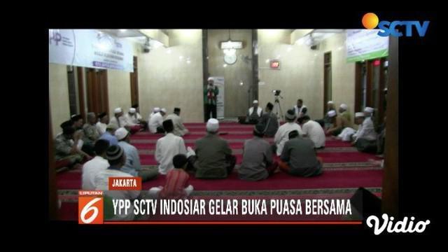 YPP SCTV-Indosiar berbuka puasa bersama sambil berbagi sembako kepada 100 warga Kebayoran Baru, Jakarta Selatan.