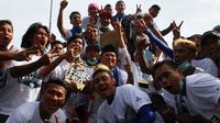 Pemain PSCS Cilacap kebanjiran bonus setelah meraih juara ISC B 2016. (Bola.com/Robby Firly)