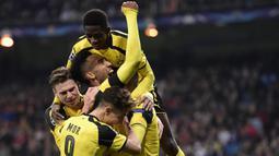 Para pemain Dortmund merayakan gol yang dicetak Pierre-Emerick Aubameyang ke gawang Real Madrid. Dortmund berhasil menjadi juara grup usai menahan imbang Los Blancos 2-2. (AFP/Javier Soriano)