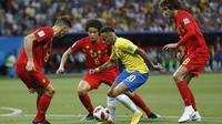 Striker Brasil, Neymar, berusaha lolos dari kepungan pemain Belgia pada laga perempat final Piala Dunia di Kazan Arena, Kazan, Jumat (6/7/2018). Belgia menang 2-1 atas Brasil. (AP/Eduardo Verdugo)