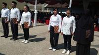 Para narapidana dalam upacara simbolis penyerahan remisi dalam perayaan HUT RI ke-74 di Lapas Perempuan Kelas II A Malang (Liputan6.com/Zainul Arifin)