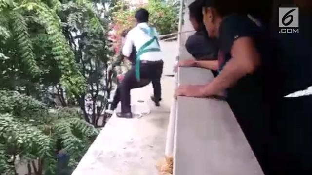 Polsek Kelapa Gading berhasil menggagalkan percobaan bunuh diri yang dilakukan oleh salah seorang wanita di Gedung Menara Satu, Kelapa Gading Timur.