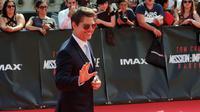 Aktor ganteng, Tom Cruise berpose setibanya di World premiere film terbarunya, Mission: Impossible Fallout di Paris, Kamis (12/7). Film Mission: Impossible 6 ini dipenuhi dengan adegan menentang kematian dan aksi nekat lainnya. (AP/Thibault Camus)