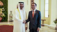 Presiden Joko Widodo menyambut Putra Mahkota Abu Dhabi/Wakil Panglima Tertinggi Angkatan Bersenjata Uni Emirat Arab (UEA) Sheikh Mohamed Bin Zayed Al Nahyan di Istana Bogor, Kamis (24/7/2019). Keduanya menggelar pertemuan bilateral guna membahas sejumlah kerja sama. (Liputan.com/HO/Setkab Agung)