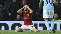 Gelandang Manchester United (MU), Ander Herrera memperlihatkan ekspresi heran dengan keputusan wasit saat melawan Manchester City. (Oli SCARFF / AFP)