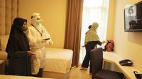 Aktivitas warga terkonfirmasi COVID-19 di Rumah Karantina COVID-19 Hotel Yasmin, Curug, Kabupaten Tangerang, Banten, Kamis (17/6/2021). Direktur Pencegahan dan Pengendalian Penyakit Menular Langsung Kementerian Kesehatan membenarkan adanya 145 kasus variant of concern. (Liputan6.com/Angga Yuniar)