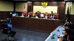 Suasana sidang pembacaan putusan hakim terdakwa menyuap panitera pengadilan Saipul Jamil di Pengadilan Tipikor Jakarta, Senin (31/7). Dihari ulang tahunya Saipul Jamil mendapatkan hadiah sepatu dan kue ulang tahun. (Liputan6.com/Helmi Afandi)