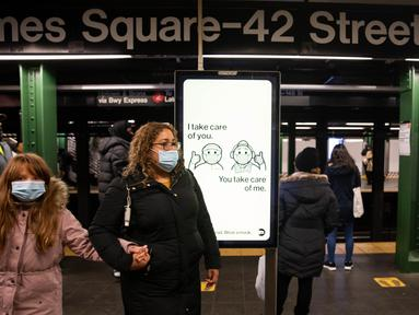 Para pejalan kaki berjalan di sepanjang peron kereta bawah tanah Times Square di New York, AS (12/12/2020). Total kasus COVID-19 di AS menembus angka 16 juta pada Sabtu (12/12), menurut Center for Systems Science and Engineering (CSSE) di Universitas Johns Hopkins. (Xinhua/Michael Nagle)