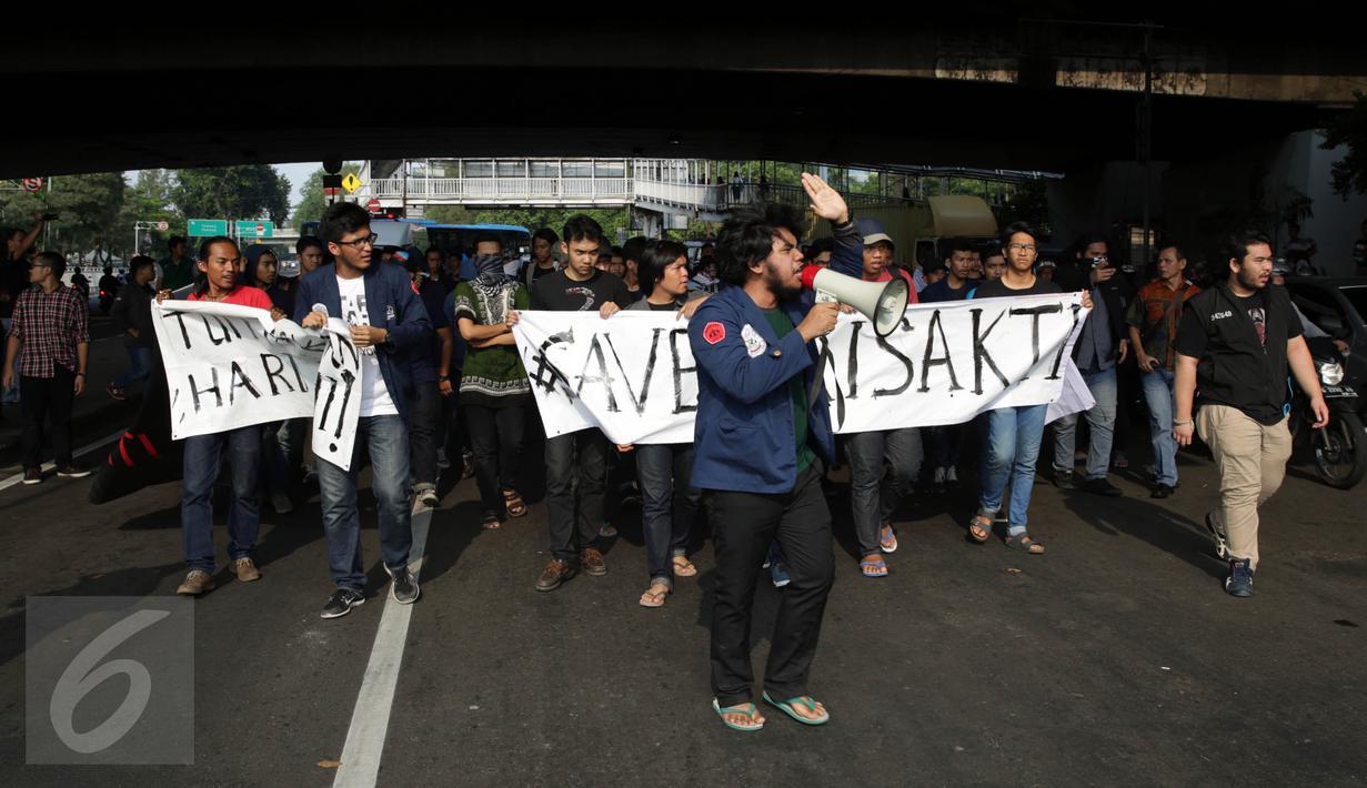 Puluhan mahasiswa Universitas Trisakti menggelar aksi protes dengan menutup Jalan Kyai Tapa, Grogol Petamburan, Jakarta, Jumat (2/9). Aksi itu mendesak penyelesaian kisruh masalah internal antara rektorat dengan yayasan kampus. (Liputan6.com/Johan Tallo)