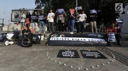 Aktivis menggelar aksi Renungan 10 Tahun Undang-Undang Narkotika di Jakarta, Selasa (25/6/2019). Undang-Undang No.35 Tahun 2009 tentang Narkotika dinilai menjadi alat memenjarakan pengguna secara masif serta menembak mati mereka yang diduga terlibat perdagangan narkoba. (merdeka.com/Iqbal S Nugroho)