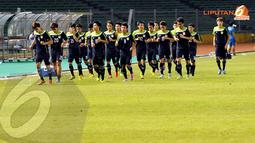 Sebelum memulai latihan para pemain timnas Laos terlihat berlari-lari kecil mengitari Stadion GBK Jakarta (Liputan6.com/Helmi Fithriansyah)