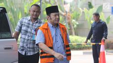 Bupati Lampung Selatan nonaktif Zainudin Hasan tiba di gedung KPK, Jakarta, Sabtu (15/8). Zainudin Hasan diperiksa sebagai tersangka terlibat menerima suap terkait proyek infrastruktur di wilayah Kab Lampung Selatan. (Merdeka.com/Dwi Narwoko)
