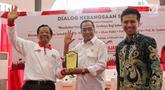 Ketua Gerakan Suluh Kebangsaan Mafud MD (kiri) memberikan cenderamata kepada Menteri Perhubungan Budi Karya Sumadi (tengah) saat dialog Jelajah Kebangsaan di Stasiun Gubeng, Surabaya, Jawa Timur, Kamis (21/2). (Liputan6.com/JohanTallo)