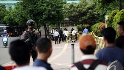 Sejumlah warga ikut menyaksikan proses pemeriksaan tas yang diduga bom oleh Tim Gegana, Jakarta, Senin (5/1/2015). (Liputan6.com/Faizal Fanani)