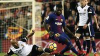 Bek Barcelona, Samuel Umtiti, berebut bola dengan striker Valencia, Simone Zaza, pada laga La Liga Spanyol di Stadion Mestalla, Valencia, Minggu (26/11/2017). Kedua klub bermain imbang 1-1. (AFP/Jose Jordan)