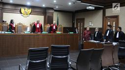 Gubernur Aceh non aktif Irwandi Yusuf saat hadir dalam sidang lanjutan dugaan suap terkait DOKA 2018 di Pengadilan Tipikor, Jakarta, Senin (11/2). Pada sidang Dedi Mulyadi mengaku menyerahkan uang Rp 1 miliar. (Liputan6.com/Herman Zakharia)