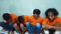 Empat tersangka pembunuhan IN yang pertama kali ditangkap anggota Polda Sumsel (Liputan6.com / Nefri Inge)