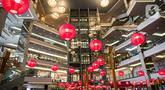 Sejumlah lampion untuk menyambut perayaan Imlek menghiasi Mall Taman Anggrek, Jakarta, Kamis (28/1/2021). Hiasan tersebut dalam rangka memeriahkan perayaan Tahun Baru Imlek 2572 atau Tahun Kerbau Logam. (Liputan6.com/Faizal Fanani)