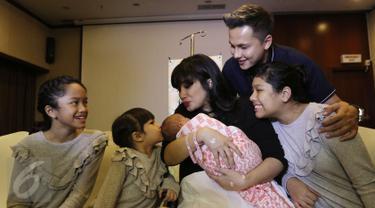 Pasangan selebritis Ussy Sulistiawaty dan Andhika Pratama menggelar konferensi pers usai kelahiran anak ke-4 mereka di RS Pondok Indah, Jakarta, Senin (6/3). Anak ke-4 mereka berjenis kelamin perempuan. (Liputan6.com/Herman Zakharia)