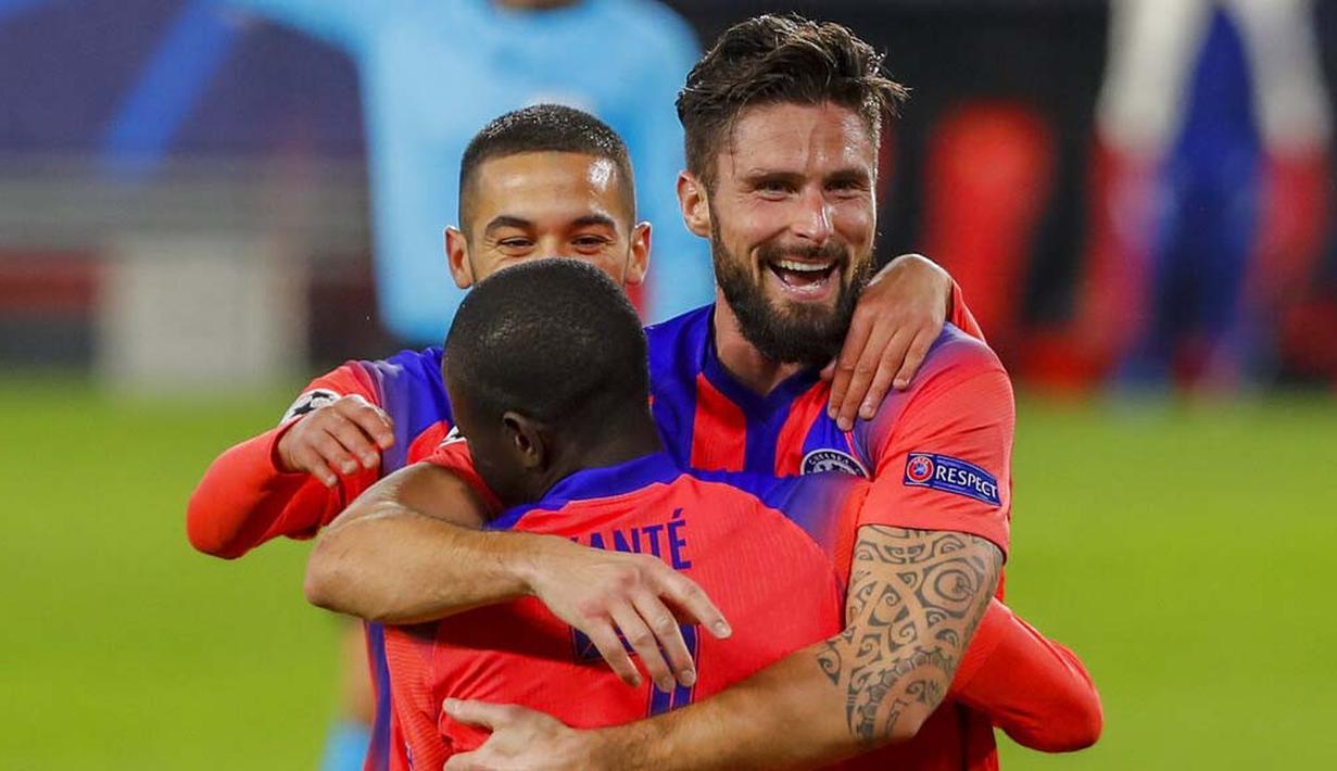 Striker Chelsea, Olivier Giroud, melakukan selebrasi usai mencetak gol ke gawang Sevilla pada laga Liga Champions di Stadion Ramon Sanchez Pijuan, Kamis (3/12/2020). Chelsea Menang dengan skor 4-0. (AP/Angel Fernandez)